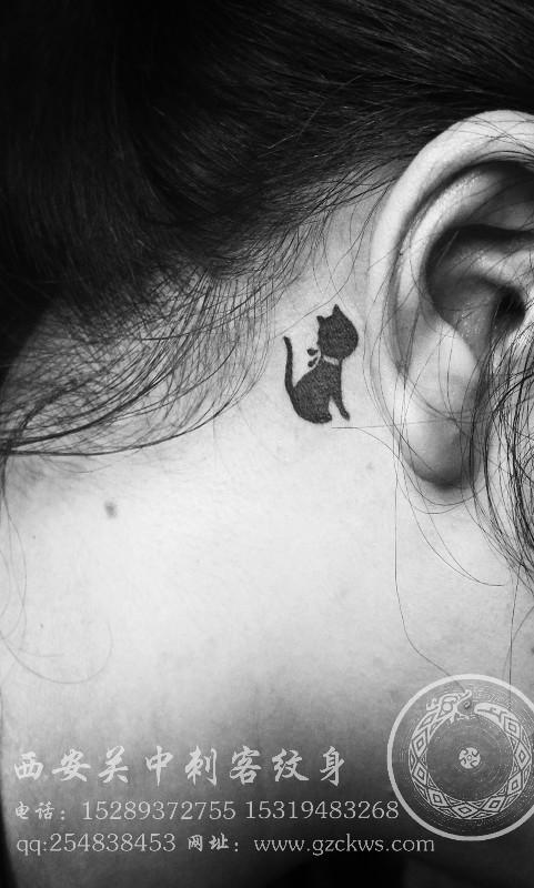 害羞的小猫躲在耳朵后面 耳部纹身